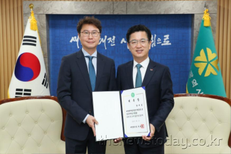 시립무용단 신임 예술감독 겸 상임안무자에 황재섭_위촉장.jpg