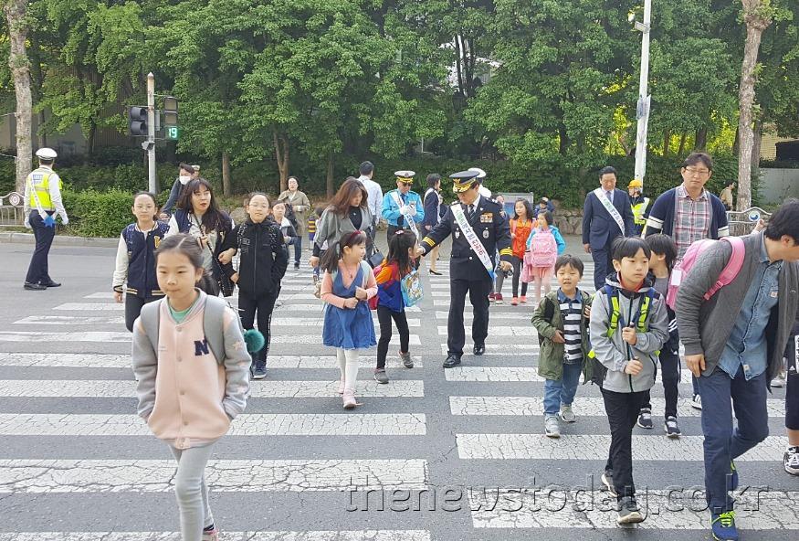 (190508) 황운하 청장, 서원초교 등굣길 어린이 안전활동 전개 (2).jpg