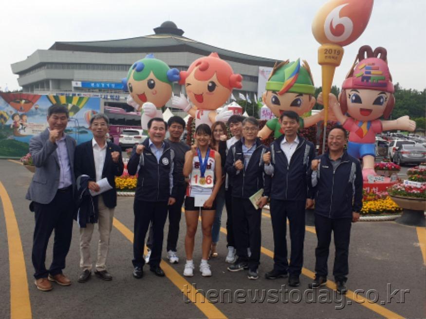 20190527 48회 전국소체 보도자료(한올초 한수아 100미터 금메달 축하).jpg