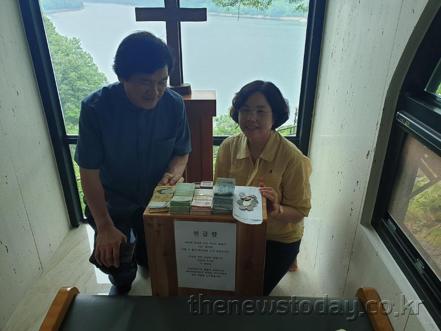 사진2)교회내부 헌금함에서 모금된 헌금을 꺼내어 전달하는 주서택 원장.jpg