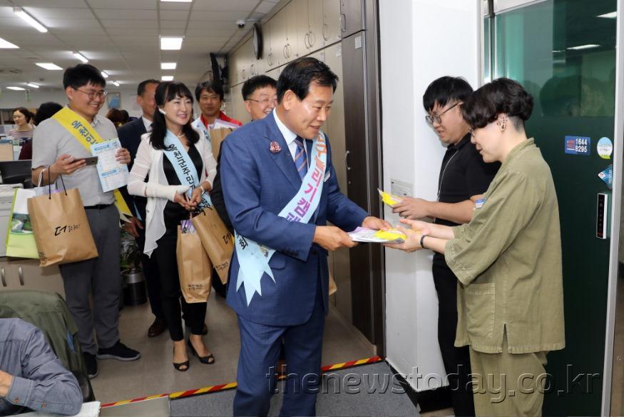 사진7) 인구늘리기  캠페인 참석중인 김재종 군수.JPG