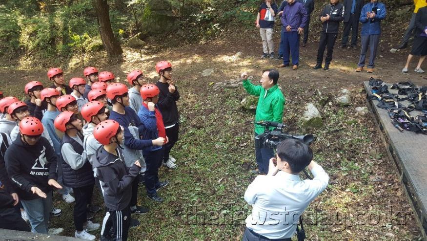 설동호 교육감, 모험·산행 활동 학생들과 함께 훈련 공동체의식 함양(대전교육연수원) (2).jpg