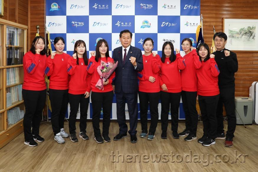 사진3) 플레잉코치 임명 사진(사진 왼쪽 4번째 조혜진 코치, 5번째 김재종 옥천군수).JPG