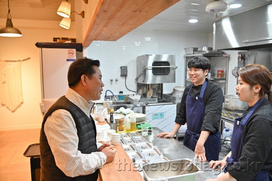 8. 박정현 부여군수 설 명절 전통시장 방문 장면 (2).JPG