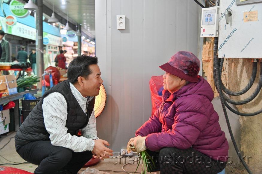 8. 박정현 부여군수 설 명절 전통시장 방문 장면 (5).JPG