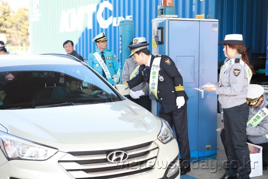 (012301) 대전경찰, 설 연휴 귀성길 교통안전 캠페인 실시 (1).jpg