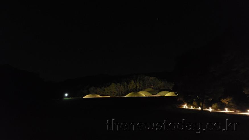 1-4. 봉분과 탐방로 야간경관.jpg